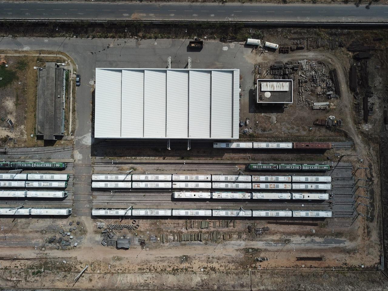 Vista aérea da frota de locomotivas e carros de passageiros que serão doados (Divulgação)