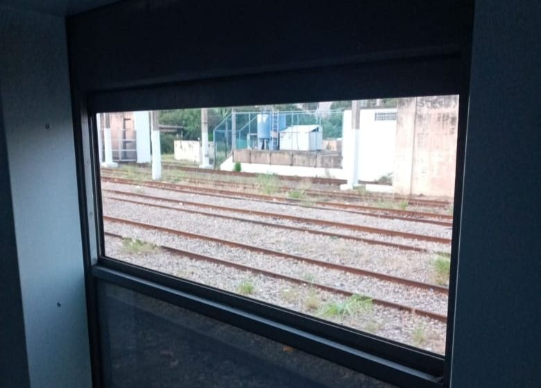 Janela de trem arrancada em ato de vandalismo no sistema ferroviário do Rio (Divulgação)