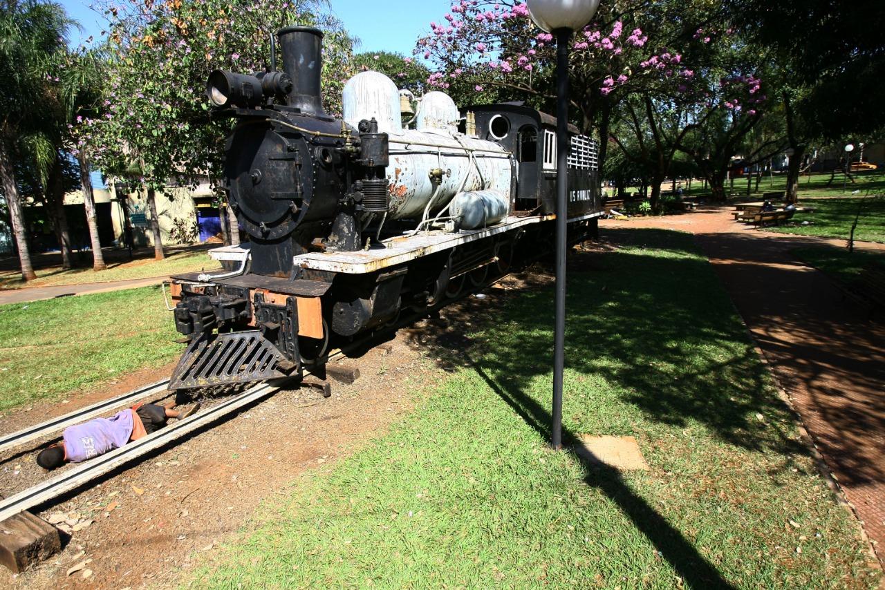 Morador de rua dorme em frente à locomotiva que agora foi retirada da praça em Ribeirão Preto (Edson Silva-7.ago.2012/Folhapress)