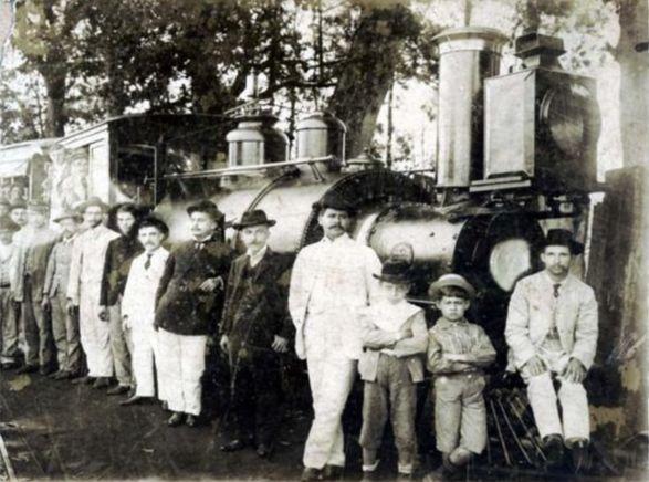 Passageiros e funcionários da Mogiana posam para foto em 1886 na estação de Batatais (Reprodução)